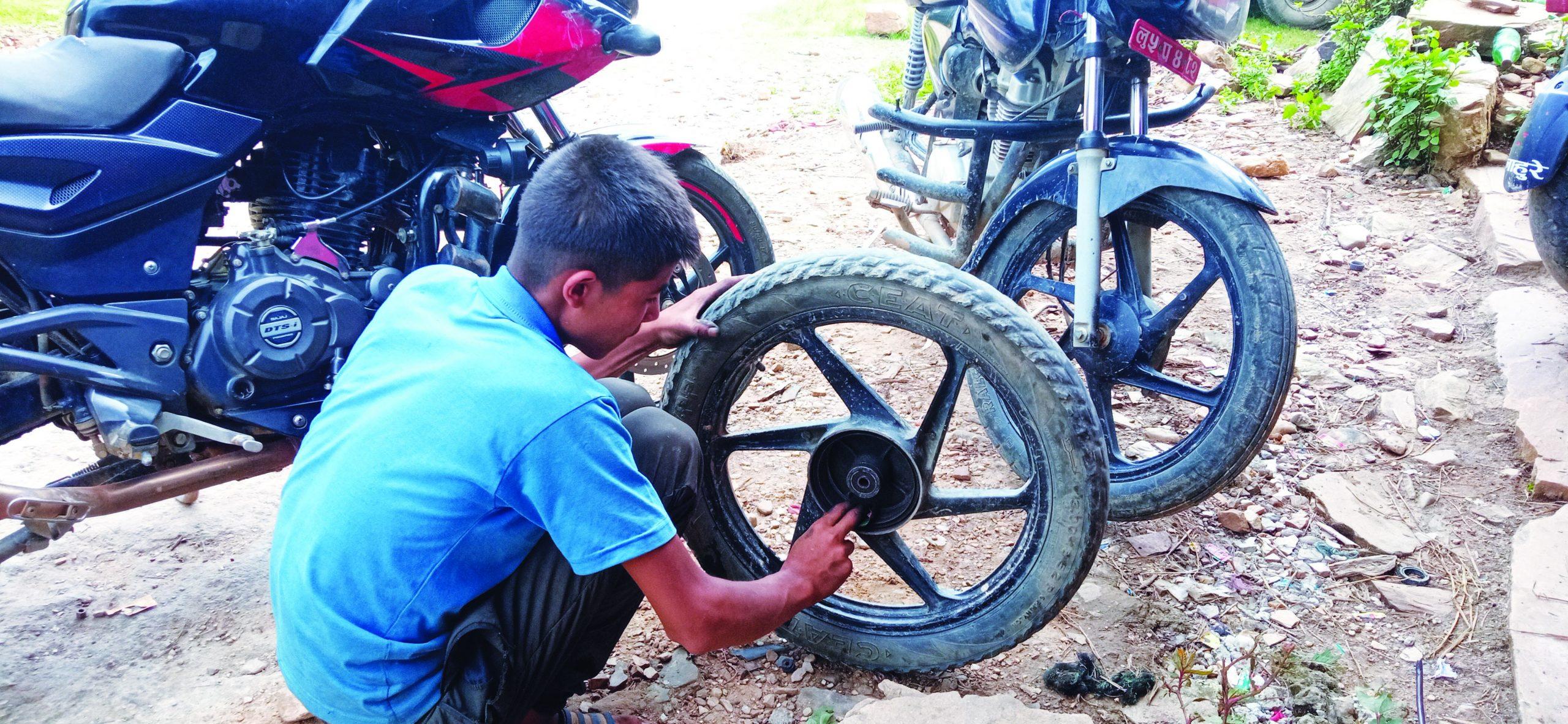 १५ वर्षको उमेरमै  मोटरसाइकल मिस्त्री